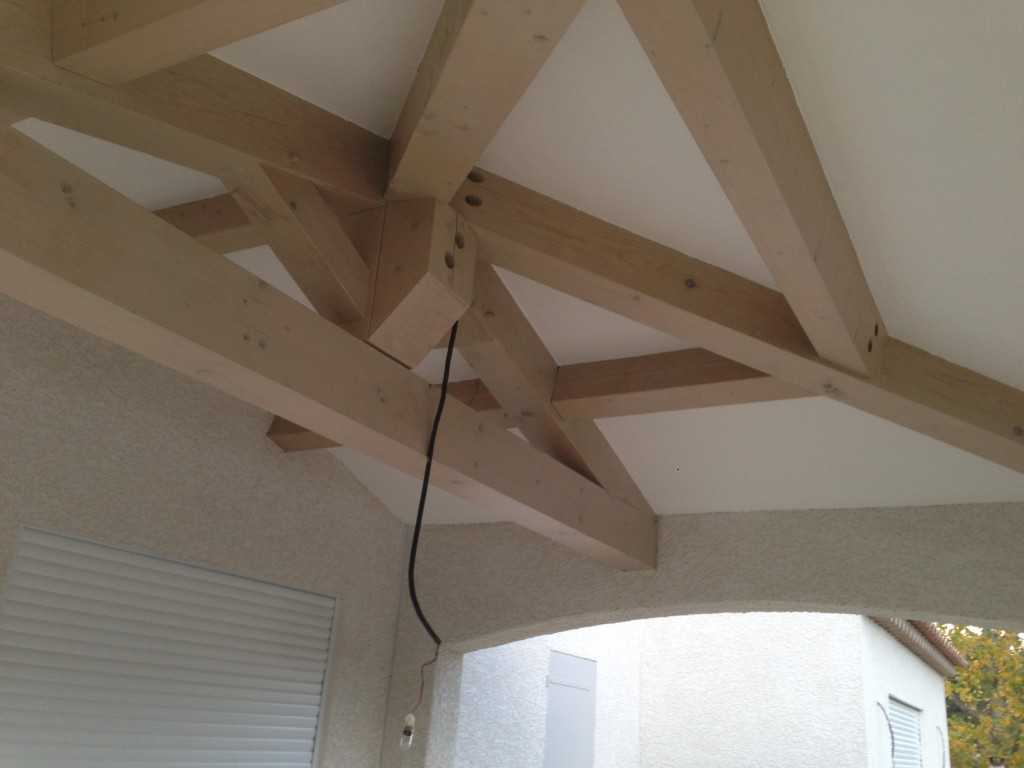 Réalisation d&#039;un faux plafond sous le toit d&#039;une terrasse.<br /> <br /> Les plus gros éléments de la charpente sont conservés et mis en valeur à l&#039;aide d&#039;une lasure grise satinée.<br /> Les faux-plafonds sont réalisés à l&#039;aide de Placo-plâtre puis peints en blanc mat.