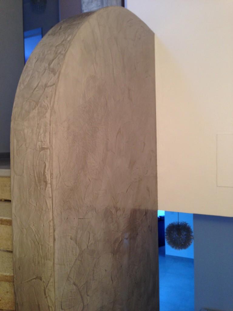 """Mise en valeur d'une rampe d'escalier.<br /> Utilisation du produit """"Effet Tadelakt"""" Silex en deux couches.<br /> Application de cire de protection et lustrage.<br /> <br /> Le support est désormais imperméable et épongeable à l'eau claire.<br /> <br /> ( A noter, l'ajout de plinthes de types travertins, non visibles sur les photos )"""