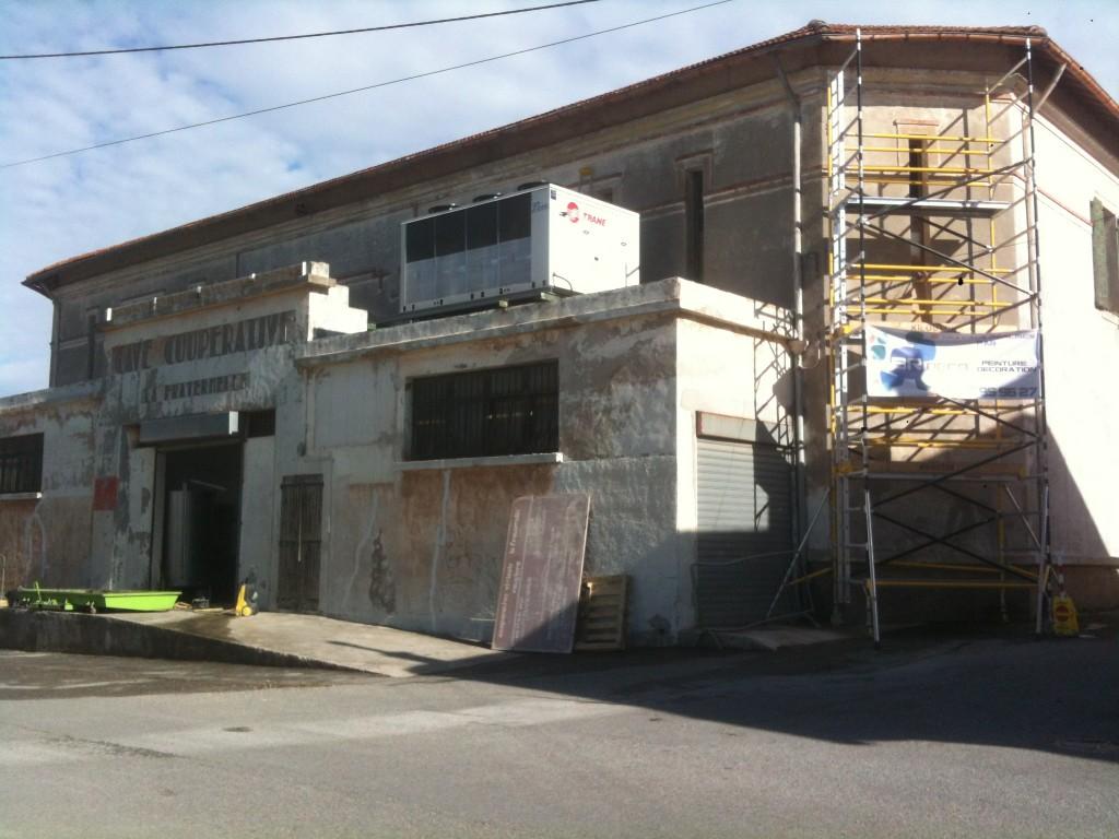 Rénovation et mise en peinture intégrale d'une façade.<br /> <br /> Nettoyage haute pression<br /> Réparation des parties abîmées ( Fissures ... )<br /> Primaire d'accrochage<br /> Peinture façade de finition acrylique en deux tons.
