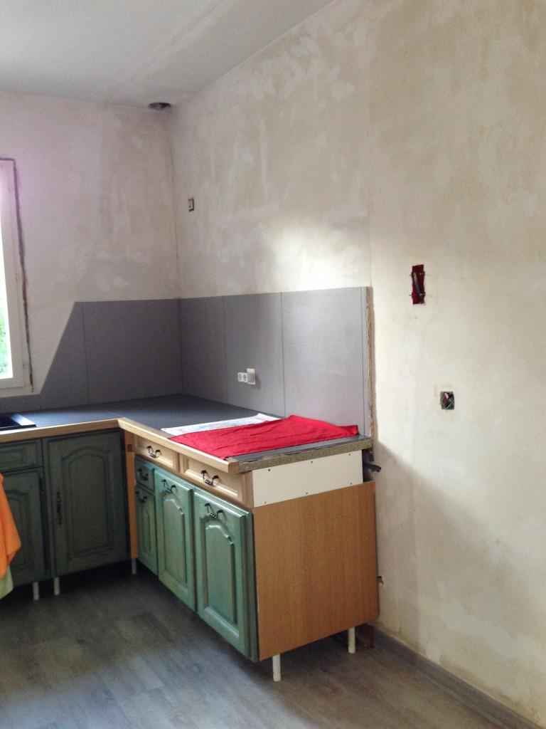 Les travaux de peinture ont été réalisés afin de moderniser cette cuisine.<br /> <br /> Après une bonne préparation des murs et du plafond, les murs sont peints avec une couleur neutre aspect velours et le plafond en blanc mat.<br /> Les portes de placards sont intégralement retirées, lessivées puis poncées.<br /> <br /> Une peinture laque satinée acrylique polyuréthane est appliquée sur toutes les portes et tiroirs.<br /> <br /> Pour finir, les portes et les fenêtres seront peints à l'aide d'une peinture satinée micro-poreuse grise anthracite.