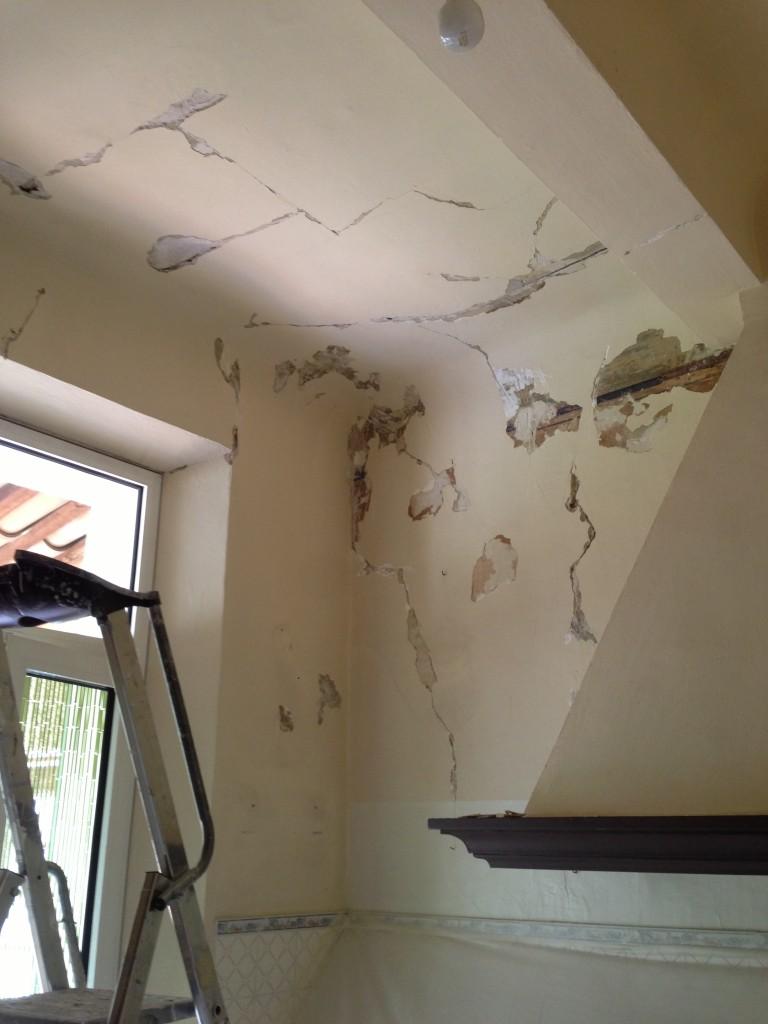 Travaux de rénovation dans une cuisine suite à un dégâts des eaux.<br /> <br /> Réparation des parties abîmées ( fissures, cloques ... )<br /> Peinture d'impression isolante<br /> Peinture acrylique mate / satinée