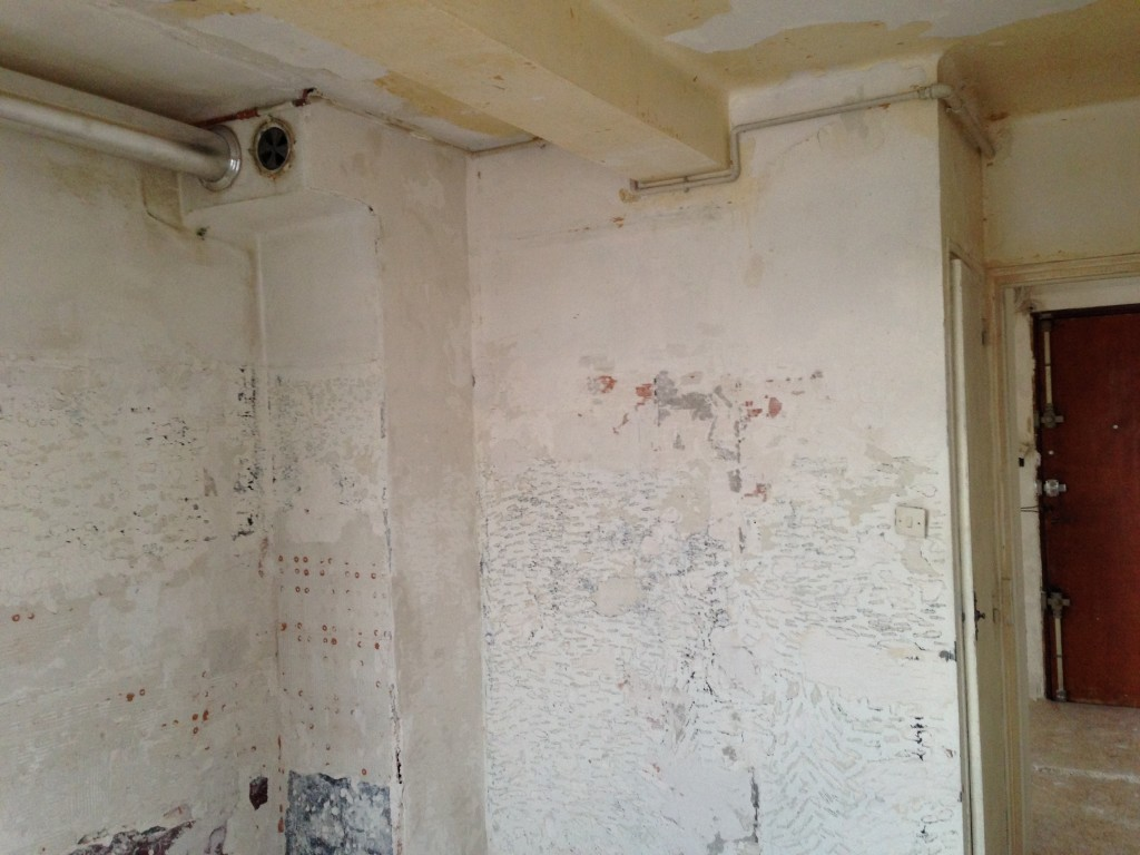 Rénovation d'un appartement.<br /> Un gros travail d'enduit et de lissage était prévu ainsi que la pose d'un revêtement de sol ( stratifié ).<br /> <br /> Couleurs et décoration moderne souhaités.