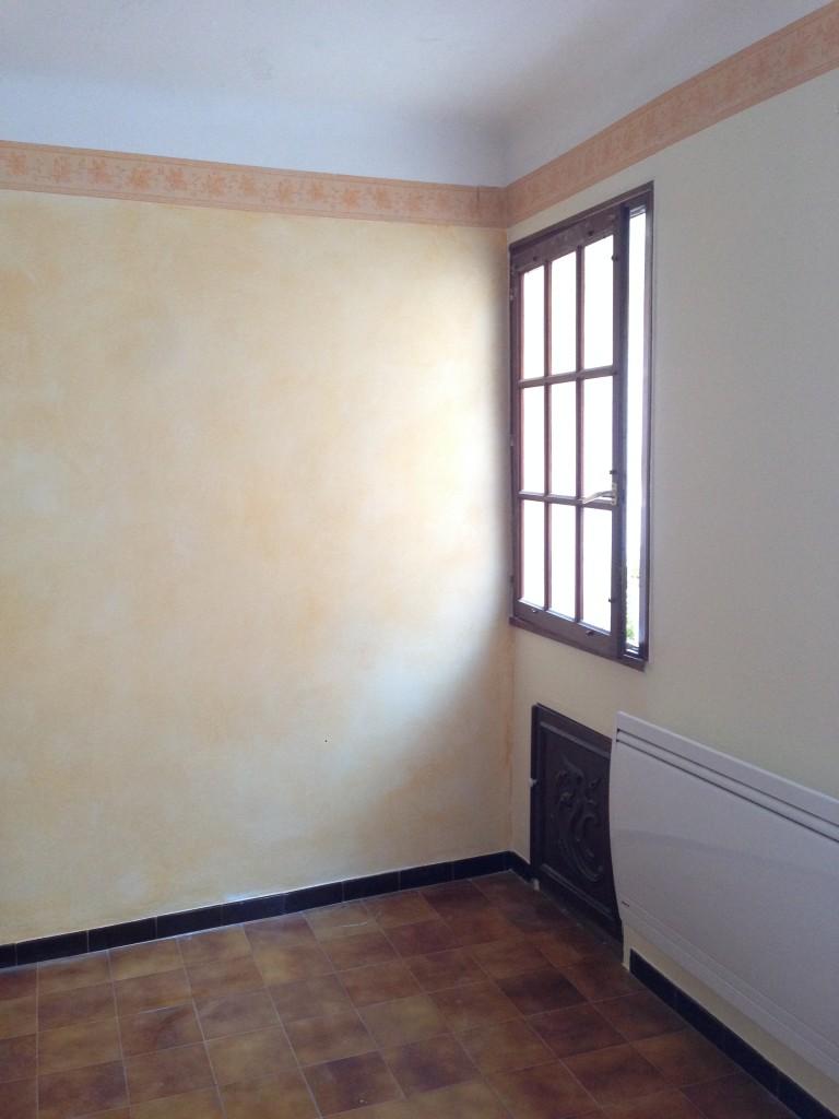 Important Dégât des eaux survenu dans un salon.<br /> <br /> Le salpêtre et autres cloques sont grattés.<br /> <br /> Toutes les parties abîmées sont isolées.<br /> Un rebouchage puis un ratissage sont effectués sur les imperfections des murs et du plafond.<br /> <br /> Le plafond est peint en Blanc Mat.<br /> <br /> Les murs anciennement patinées sont sous-couchés en blanc finition satinée afin de réalisé un nouvel essuyé décoratif.