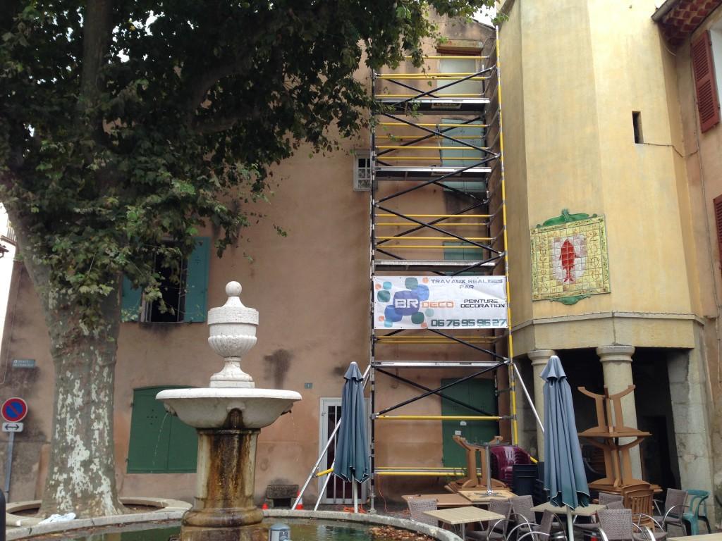 Mise en peinture d'une façade.<br /> <br /> Utilisation d'un échafaudage roulant.<br /> Tous les murs sont nettoyés à l'aide d'un pistolet haute pression.<br /> Les murs sont peints avec une peinture similaire à la teinte d'origine. <br /> Les encadrements ainsi que la génoise sont peints en blanc Mat.
